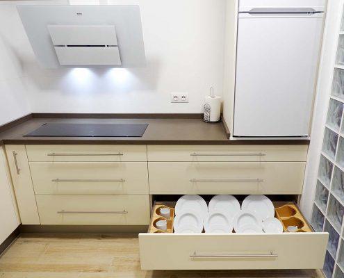 Cocina totalmente equipada para disfrutar al máximo de una cómoda estancia. Con lavavajillas, cocina de inducción, frigorífico, microondas, menaje,…
