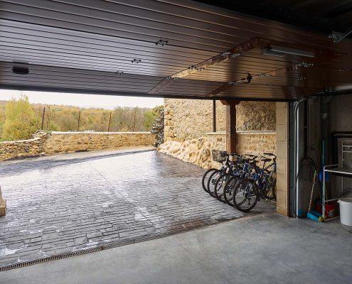 Garaje, aparcabicis y arregla bicis para disfrutar al máximo del deporte en plena montaña.